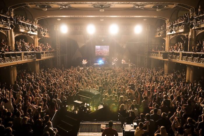 Salle principale du cinéma Lucerna à Prague lors d'un concert.